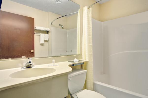 Smoking Queen Suite Bathroom